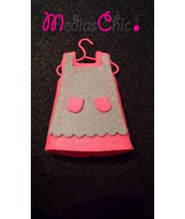 Broche de fieltro vestido rosa delantal gris